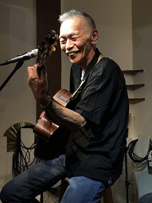 新井武士、アコースティックギター演奏、歌う