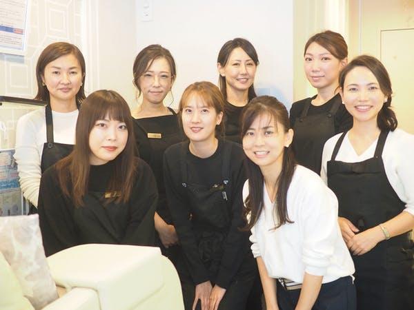 笑顔でカメラ目線の女性8人
